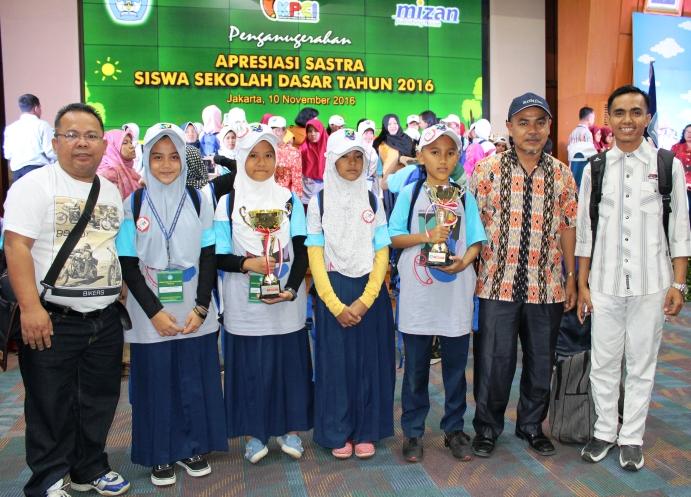 juara-di-apresiasi-sastra-2016-siswa-sd-i-rj-harumkan-nama-sumbar-dikancah-nasional